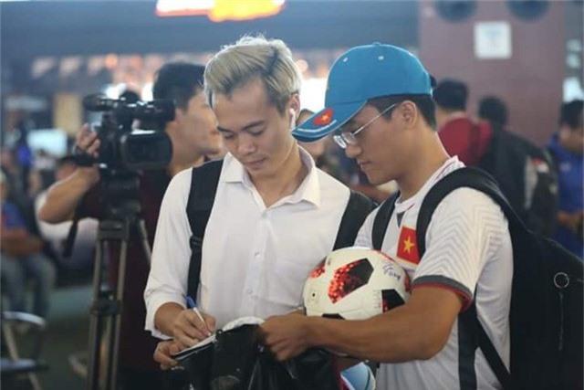 Văn Toàn tặng chữ ký cho người hâm mộ Việt Nam