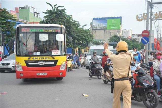 Tình trạng ùn tắc giao thông xảy ra vào chiều 3/9 tại Hà Nội, lực lượng CSGT đã có mặt kịp thời để phân luồng, điều tiết tại các nút giao thông trọng điểm