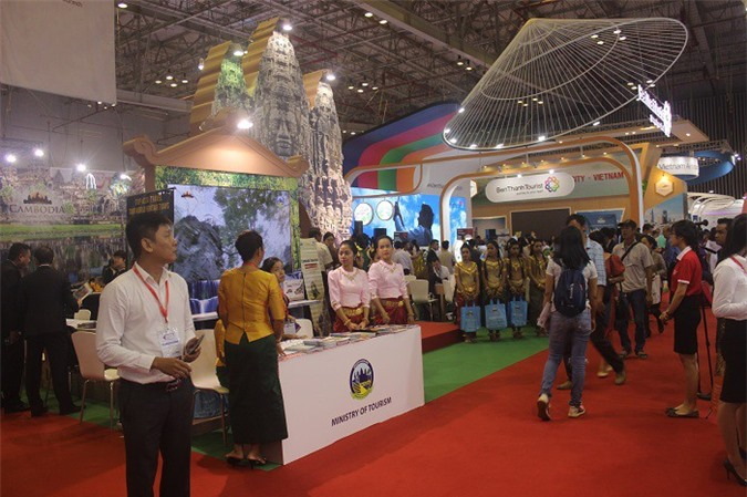 Hội chợ thu hút nhiều người mua và người bán.