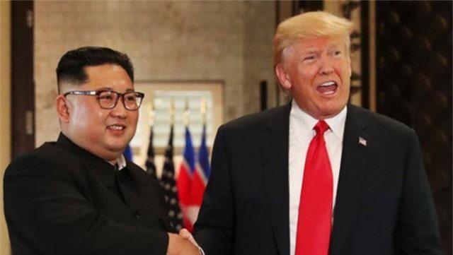 Tổng thống Mỹ Donald Trump (phải) và nhà lãnh đạo Triều Tiên Kim Jong-un (Ảnh: Reuters)