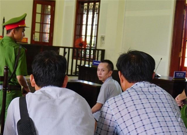 Những đồng nghiệp của Sáu động viên bị cáo trong khi chờ HĐXX nghị án