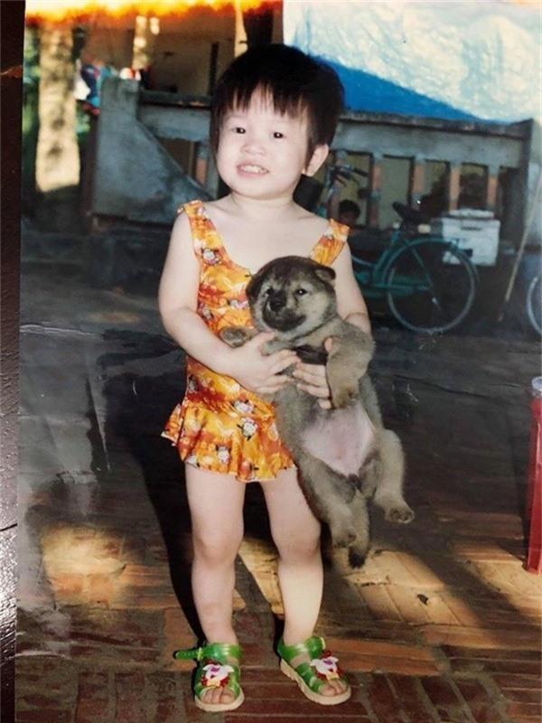 Hình ảnh tuổi thơ của Phương Nga khiến nhiều người thích thú bởi gương mặt đáng yêu, bầu bĩnh và khá tươi tắn.