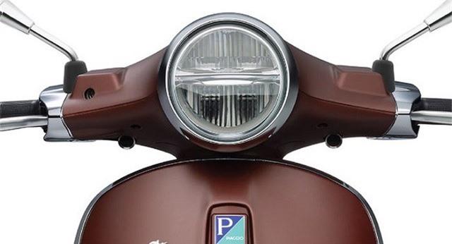 Phần đầu xe của Vespa Primavera 50th Anniversary Edition