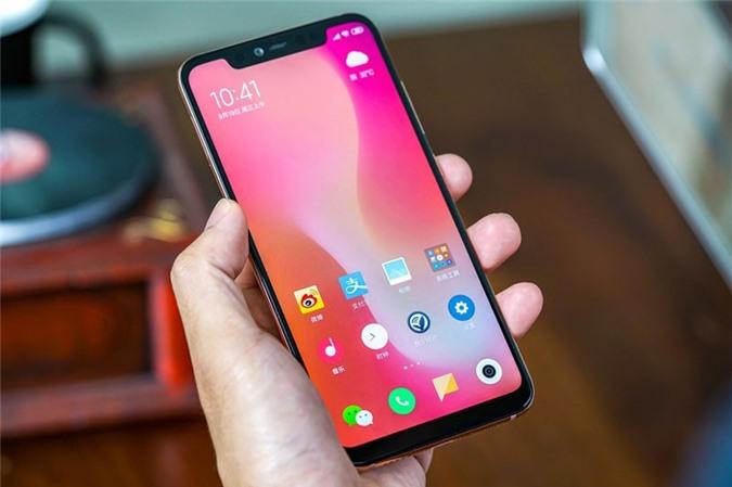 Xiaomi Mi 8 Pro được trang bị màn hình AMOLED 6,21 inch, độ phân giải Full HD Plus (2.248x.1.080 pixel), mật độ điểm ảnh 402 ppi. Màn hình này chia theo tỷ lệ 18,7:9, cho độ sáng tối đa 600 nit, tích hợp công nghệ HDR10 với dải màu DCI-P3.