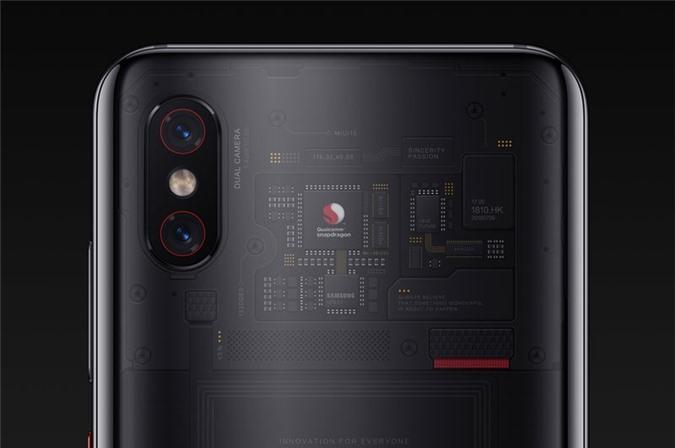 Cả 2 camera sau của Xiaomi Mi 8 Pro đều có độ phân giải 12 MP. Trong đó, cảm biến chính có khẩu độ f/1.8, hỗ trợ lấy nét theo pha, chống rung quang học (OIS) 4 trục, cảm biến phụ khẩu độ f/2.4 cho phép zoom quang học 2x. Bộ đôi máy ảnh này được trang bị đèn flash LED kép, cho khả năng quay video 4K.