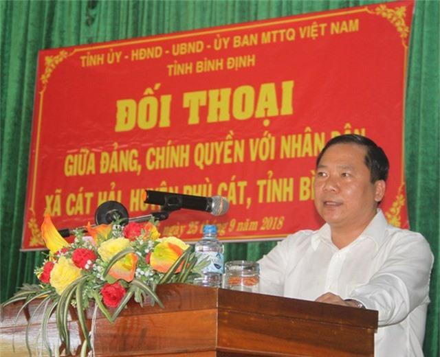 Phó Chủ tịch UBND tỉnh Bình Định Nguyễn Phi Long bày tỏ sự khó khăn của người dân thôn Vĩnh Hội và Tân Thanh, xã Cát Hải.