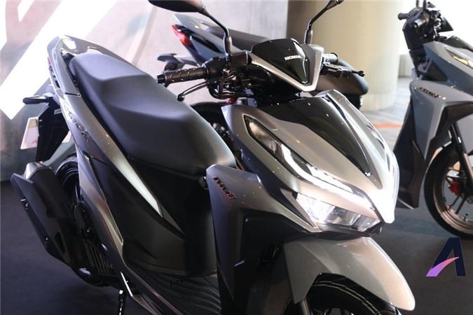 Yên ngồi rộng rãi thoải mái. Phiên bản 150i có độ tiết kiệm nhiên liệu tốt, với mức độ tiêu thụ chỉ 52 km/l.