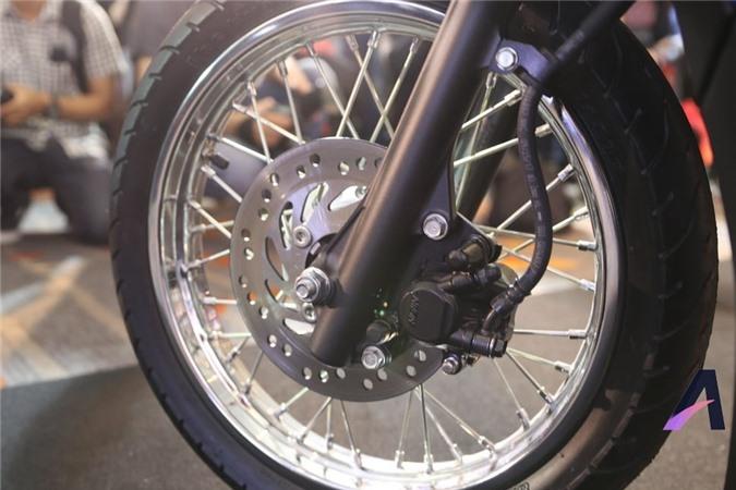 Phanh đĩa trước với kẹp Nissin, kết hợp với phanh trống sau. Xe có trang bị CBS giúp phân bổ lực phanh, tăng an toàn cho lái xe trong những tình huống phanh gấp.