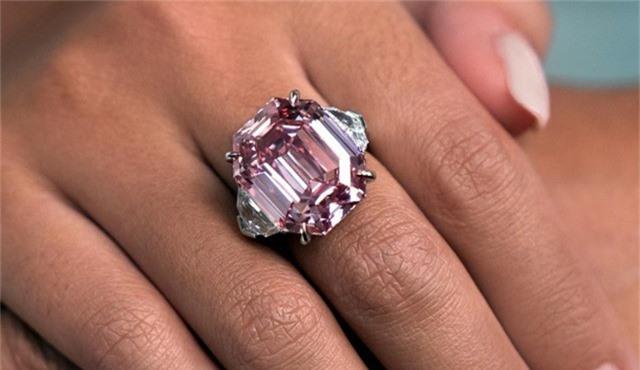 Viên kim cương hồng ước tính được bán với giá 30 - 50 triệu USD.