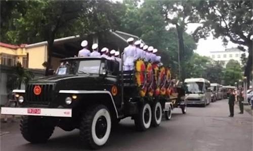 Đoàn xe rời nhà tang lễ
