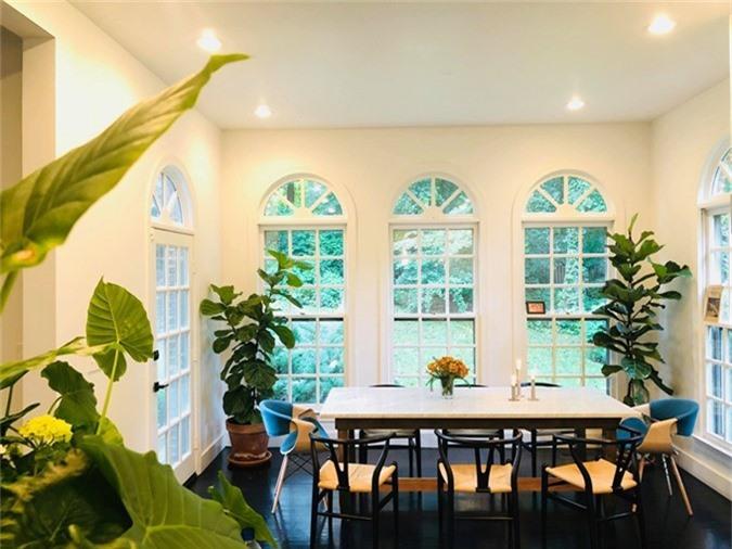 Mọi đồ vật trong nhà đều do nữ chủ nhân tìm kiếm, lựa chọn và bài trí. Bằng Lăng thích tô điểm cho tổ ấm bằng nhiều cây xanh để có cảm giác thư thái và gần gũi với thiên nhiên.