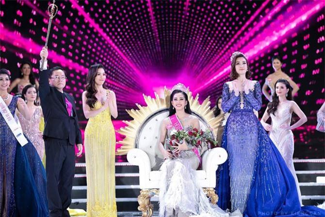 Bà Kim Dung (váy vàng) bên Tiểu Vy (giữa) sau khi đăng quang. Ảnh: FBNV.