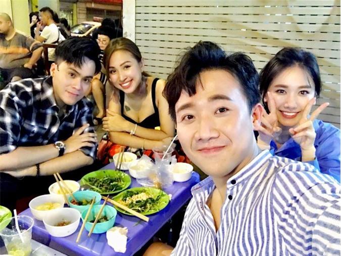 Trấn Thành khoe ảnh selfie vợ chồng anhtụ tập ăn đêm cùng Vân Hugo và MC Thái Dũng.