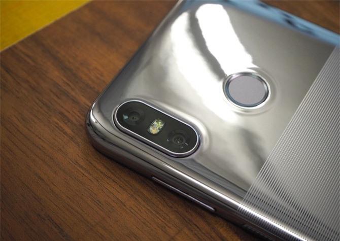 Bộ đôi camera sau của HTC U12 Life có độ phân giải 16 MP, khẩu độ f/2.0 và 5 MP. Hai máy ảnh này có đèn flash LED kép, hỗ trợ lấy nét theo pha, chụp ảnh xóa phông, quay video 4K.