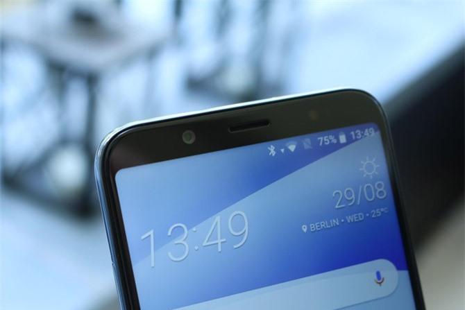 Máy ảnh selfie 13 MP, f/2.0 cho khả năng quay video Full HD và có đèn flash LED.