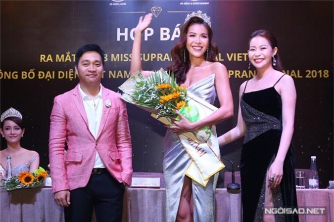 Minh Tú được trao vương miện từ đạo diễn Nguyễn Ngọc Thụy (trái) và bà Hải Dương. Ảnh: Masion de Bil