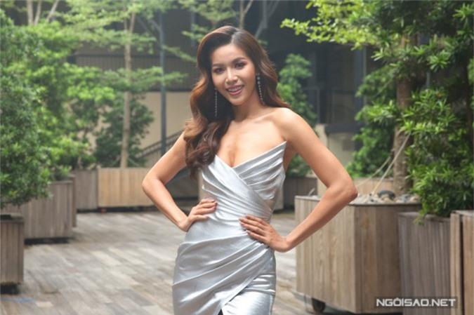 Minh Tú diện váy của nhà thiết kế Chung Thanh Phong, khoe vóc dáng gợi cảm ở họp báo.