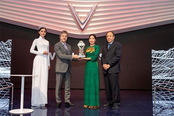 Đại diện của VinFast nhận giải Ngôi sao mới.