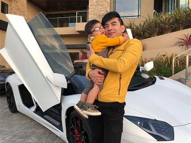 Đan Trường bế con trai đầu lòng Thiên Từ chụp ảnh bên chiếc siêu xe Lamborghini Aventador LP700-4 Roadster