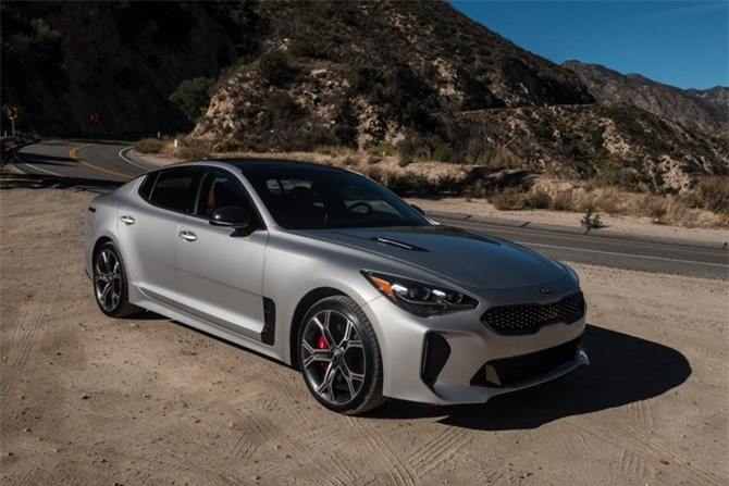 =1. Kia Stinger GT 2018 (điểm số 7/10).