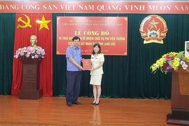 Bà Hồ Ngọc Bích (bìa phải) nhận Quyết định bổ nhiệm từ lãnh đạo Viện KSND tối cao. Ảnh: KS