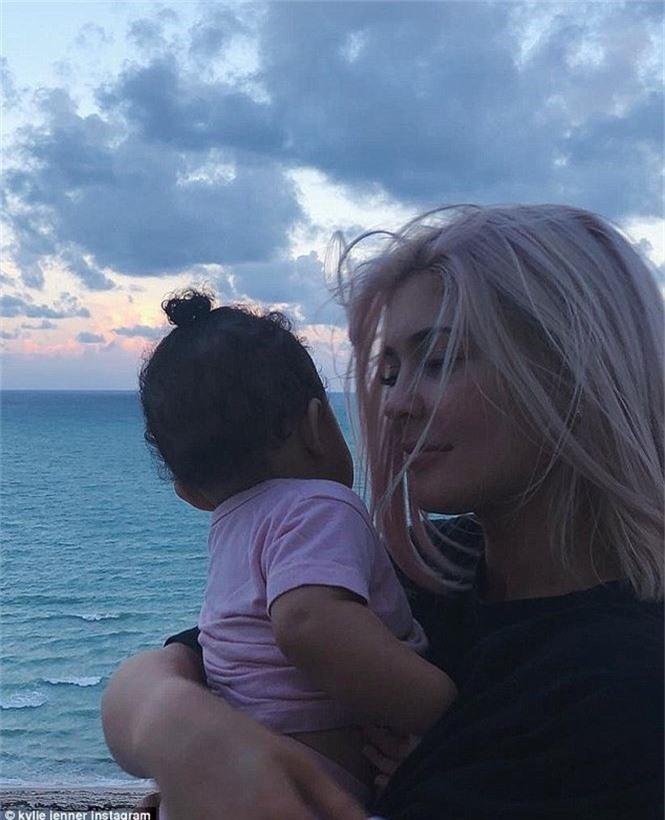 Có gì trong bức ảnh hơn 5 triệu like của cô út nhà Kardashians? - ảnh 1