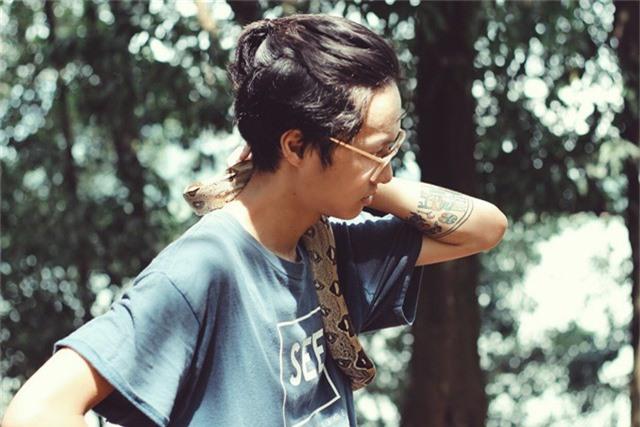 Nguyễn Đăng Anh, sinh năm 1998 hiện đang theo học ngành thiết kế game ở Hà Nội, có sở thích sưu tập các loài động vật độc, lạ như: trăn, rắn, kỳ đà, nhện... làm thú cưng. Trong căn nhà tại phố Yên Lãng (Hà Nội), Đăng Anh dành một góc riêng để chăm sóc các con vật yêu thích của mình.