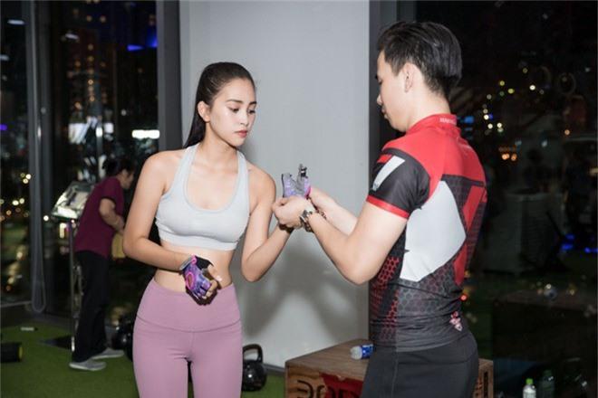 Hoa hậu Tiểu Vy tự tin khoe eo thon, dáng chuẩn trong buổi tập đầu tiên cho hành trình đến với Miss World 2018 - Ảnh 3.