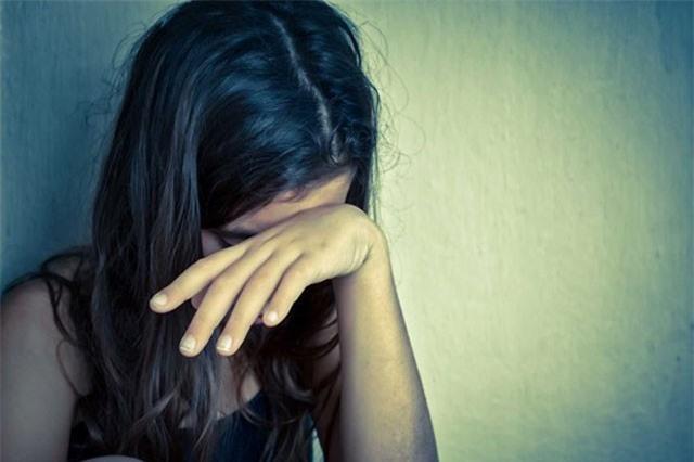 """Bạn gái nhí 14 tuổi tự nguyện 'dâng hiến', nam thanh niên lĩnh 3 năm tù. Theo lời hẹn của Thủy, Bình đến sân thượng tòa nhà nơi bạn gái nhí sinh sống, rủ người yêu chơi """"trò người lớn"""" rồi quan hệ tình dục với Thủy nhiều lần sau đó. (CHI TIẾT)"""