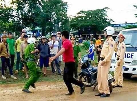 Vi phạm giao thông, 'quái xế' chém 3 công an nhập viện. Nam thanh niên chạy xe máy lạng lách, đánh võng bị tổ công tác yêu cầu dừng kiểm tra nhưng không tuân thủ mà có hành vi chống đối, chém lực lượng công an khiến 3 cán bộ, chiến sĩ bị thương. (CHI TIẾT)