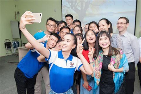 Hoa hậu Tiểu Vy giản dị trong ngày đầu nhập học - ảnh 2