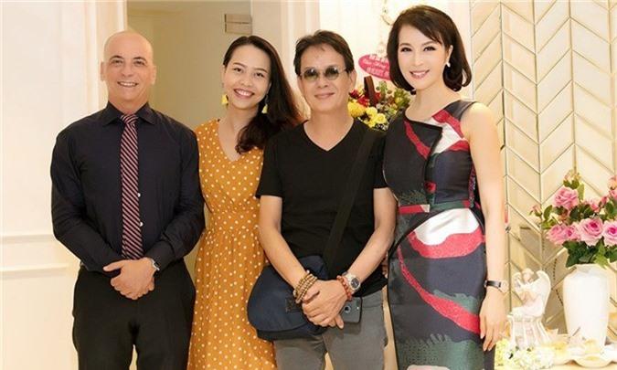 Nhạc sĩ Đức Huy đưa vợ xinh đẹp kém 44 tuổi đi dự event - ảnh 4