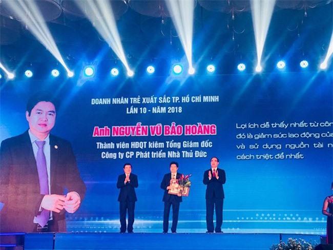 Ông Nguyễn Vũ Bảo Hoàng, Tổng Giám đốc Công ty CP Phát triển Nhà Thủ Đức, 1/17 người được trao giải đêm 10-10 (ảnh TT)