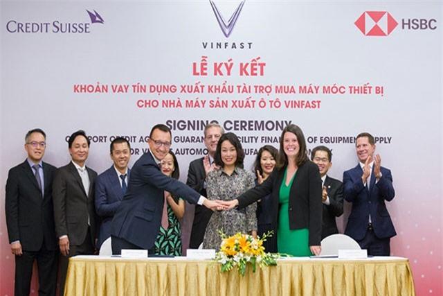 Lãnh đạo Credit Suisse - VinFast - HSBC ký kết khoản vay tín dụng tài trợ cho VinFast Lãnh đạo Credit Suisse - VinFast - HSBC ký kết khoản vay tín dụng tài trợ cho VinFast. Ảnh:CTV.