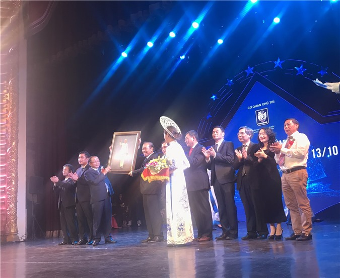 Ảnh: Phó Thủ tướng Thường trực Chính phủ Trương Hòa Bình tặng ảnh chân dung Chủ tịch Hồ Chí Minh tới Hiệp hội Doanh nghiệp nhỏ và vừa Việt Nam. Ảnh: Ánh Tuyết.
