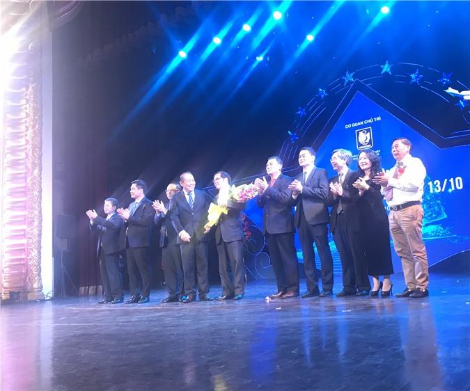 Ảnh: Phó Thủ tướng Thường trực Chính phủ Trương Hòa Bình tặng hoa chúc mừng Hiệp hội Doanh nghiệp nhỏ và vừa Việt Nam. Ảnh: Ánh Tuyết.