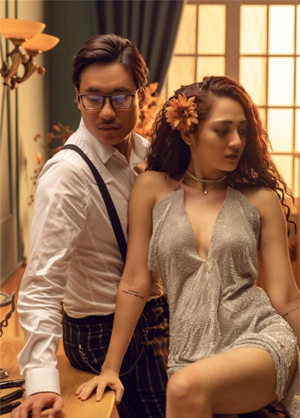 Diễn viên Em chưa 18 trông thư sinh với trang phục xưa còn Bảo Anh khoe hình thể sexy khi diện bộ cánh mát mẻ quay MV mới.