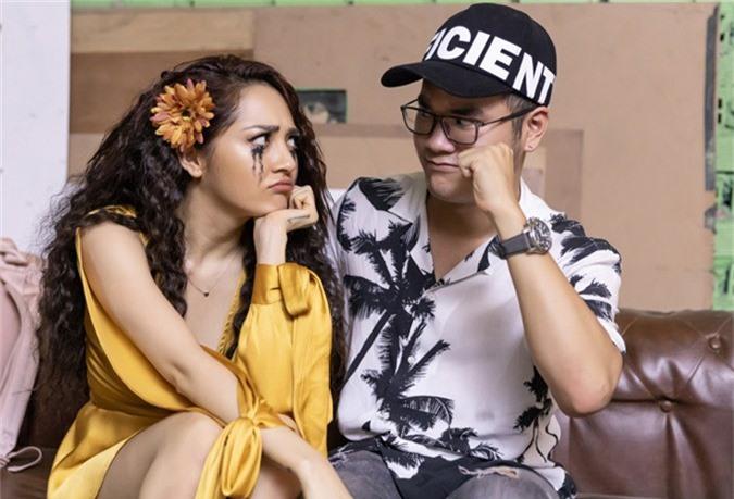 Sau khi quay MV, Bảo Anh với gương mặt lem nhem mascara, phụng phịu bên nhạc sĩ Khắc Hưng trong hậu trường.