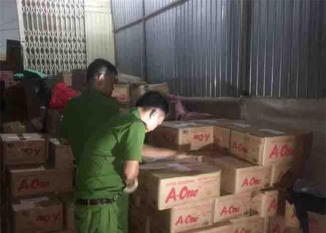 Cảnh sát niêm phong, kiểm đếm số hạt nêm, bột ngọt không rõ nguồn gốc tại kho hàng nhà bà Trần Võ Đan Vy (ảnh VH).