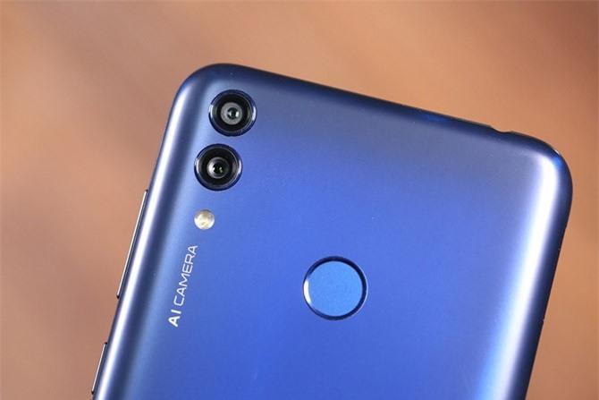 Hai camera sau của Honor 8C có độ phân giải 13 MP, khẩu độ f/1.8 với khả năng lấy nét theo pha và 2 MP, f/2.4 cho khả năng chụp ảnh xóa phông. Hai camera này có đèn flash LED, quay video Full HD.
