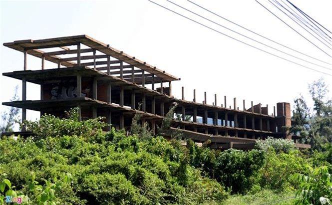 Khách sạn bỏ hoang 30 năm chờ sập bên bãi biển Đại Lãnh - ảnh 1