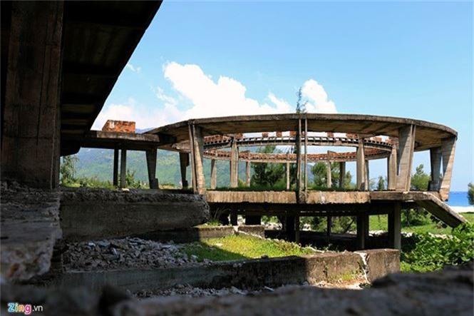 Khách sạn bỏ hoang 30 năm chờ sập bên bãi biển Đại Lãnh - ảnh 10