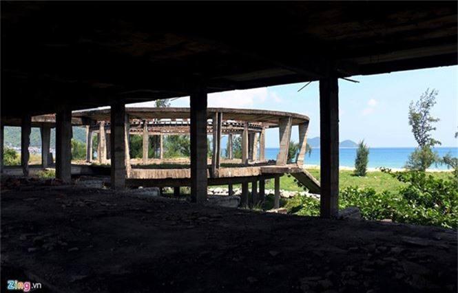Khách sạn bỏ hoang 30 năm chờ sập bên bãi biển Đại Lãnh - ảnh 16