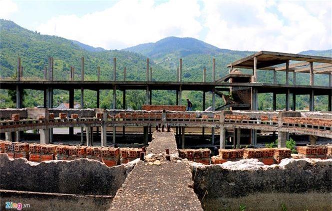 Khách sạn bỏ hoang 30 năm chờ sập bên bãi biển Đại Lãnh - ảnh 2