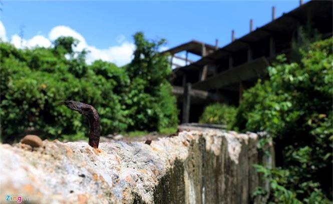 Khách sạn bỏ hoang 30 năm chờ sập bên bãi biển Đại Lãnh - ảnh 3