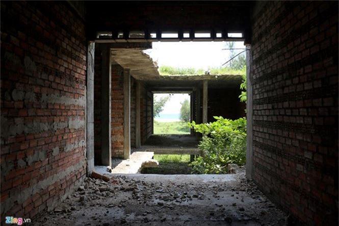 Khách sạn bỏ hoang 30 năm chờ sập bên bãi biển Đại Lãnh - ảnh 5