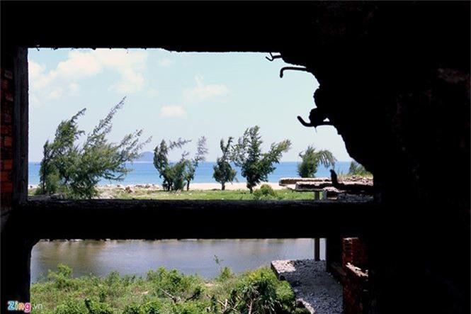 Khách sạn bỏ hoang 30 năm chờ sập bên bãi biển Đại Lãnh - ảnh 6