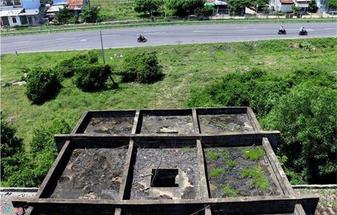 Khách sạn bỏ hoang 30 năm chờ sập bên bãi biển Đại Lãnh - ảnh 8