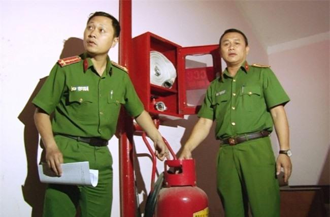 Cảnh sát PCCC Lâm Đồng kiểm tra các trang thiết bị tại các chung cư trên địa bàn TP Đà Lạt (ảnh VH).