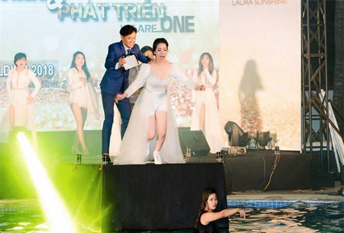 Dù đang mặc đầm dạ hội và không biết bơi, Nhật Kim Anh cũng bất chấp nhảy xuống hồ nước. Ảnh: Thành Nguyễn